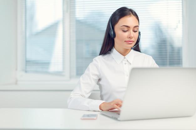 Support telefoon operator in de headset op de werkplek Premium Foto