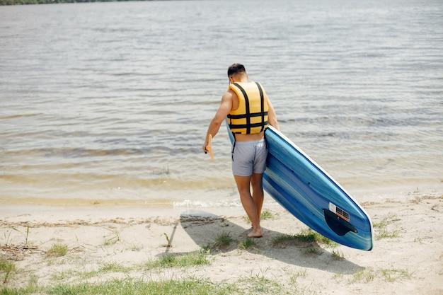 Surfer op een zomerstrand Gratis Foto