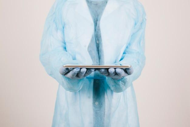 Surgeon met een tablet Gratis Foto