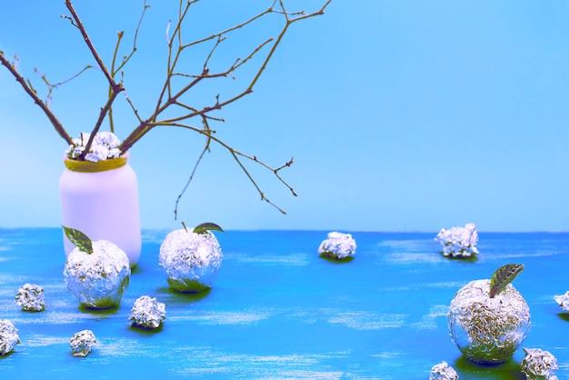 Surrealisme apple boom gewikkeld in folie is een natuurlijke groene bladeren. Premium Foto