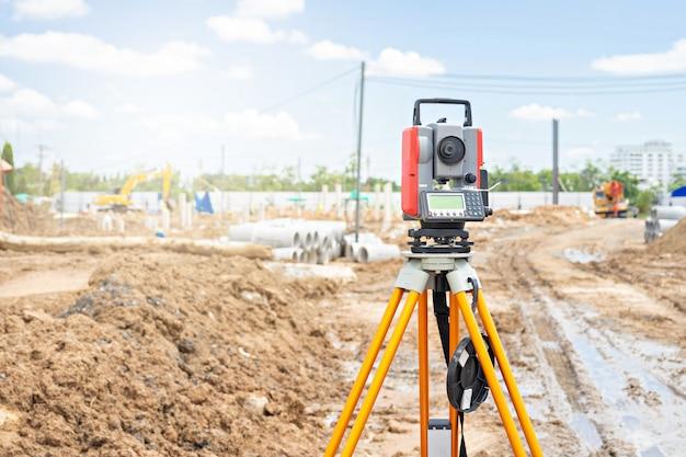 Surveyor apparatuur gps-systeem of theodoliet buitenshuis op de bouwplaats. Premium Foto
