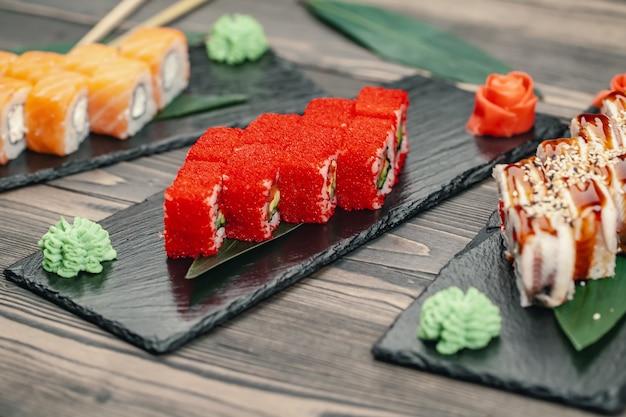 Sushi dienden op een leiplaat in een restaurant Premium Foto