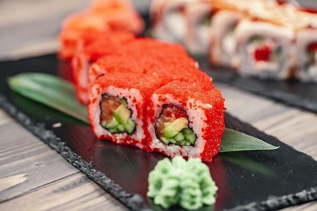 Sushi geserveerd op leisteen plaat in een restaurant Premium Foto