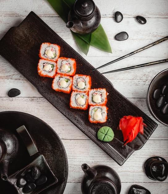 Sushi instellen met gember en wasabi bovenaanzicht Gratis Foto