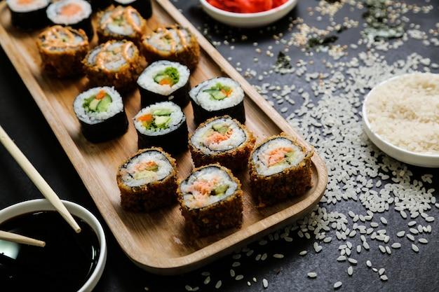 Sushi met komkommer, gember, wasabi, sojasaus en sesamzaadjes Gratis Foto