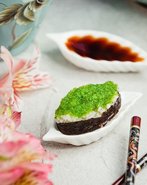Sushi met rijst en groene kaviaar Gratis Foto