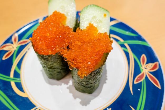 Sushi op schotels, het voedselconcept van japan Premium Foto