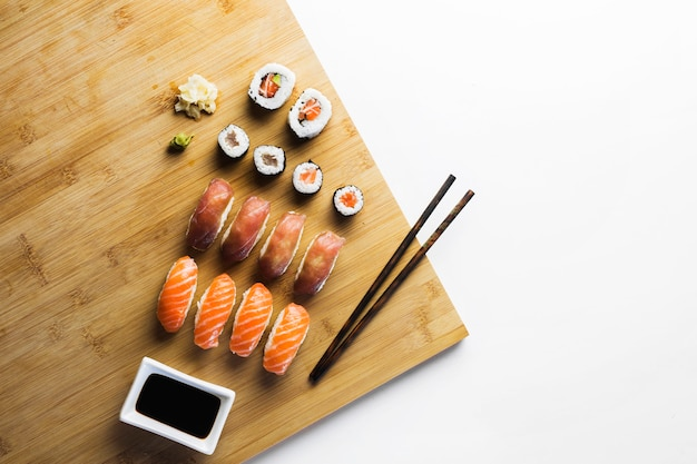 Sushi rollen en sojasaus Gratis Foto