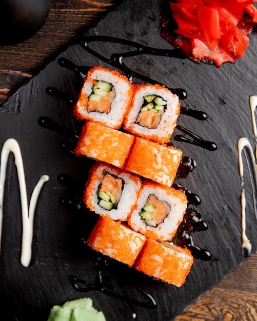 Sushi rolletjes met komkommer geserveerd met wasabi en gember Gratis Foto