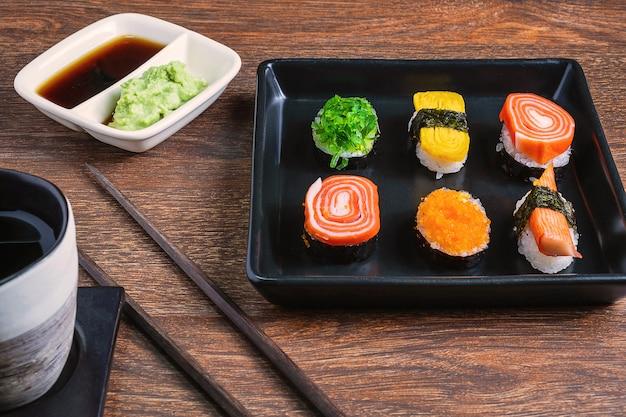 Sushi rolt op de tafel Premium Foto