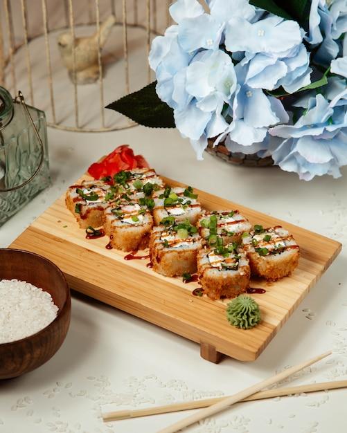 Sushi set met wasabi en gember en gegarneerd met siroop Gratis Foto