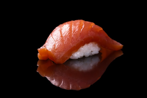 Sushi zalm over zwart Premium Foto