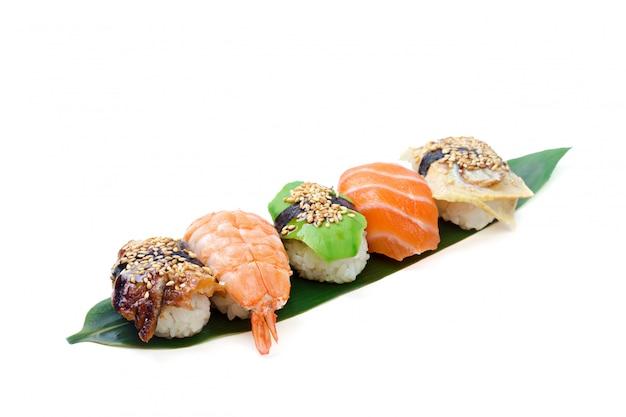 Sushibroodje op witte achtergrond wordt geïsoleerd die. Premium Foto