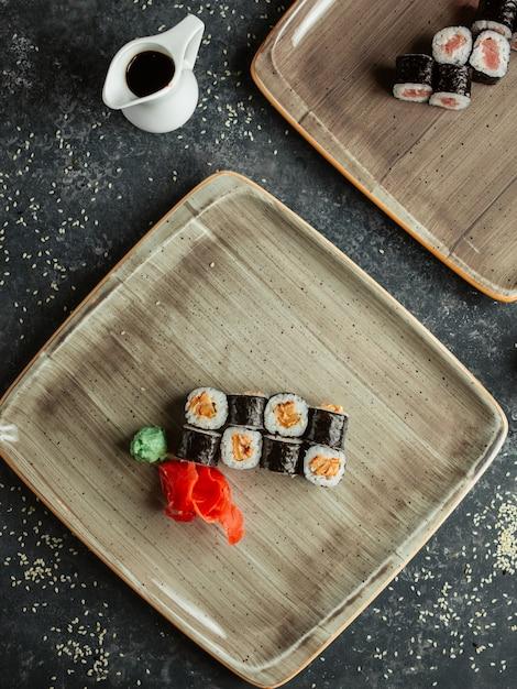 Sushibroodjes geserveerd met gember en wasabi Gratis Foto