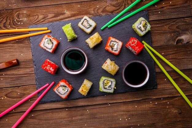 Sushibroodjes met sojasaus Premium Foto
