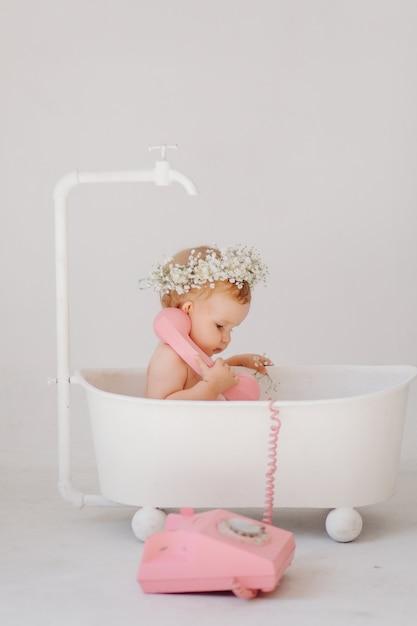 Sweet babymeisje in de badkamer Gratis Foto