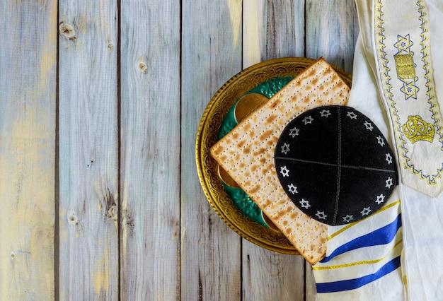 Symbool van paschaplaat, matza met kipah en tallit in de pesah-viering Premium Foto
