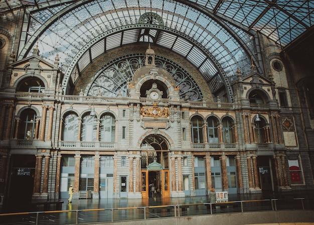 Symmetrische samenstelling van de grote zaal van het beroemde station van de spoorweg van antwerpen Premium Foto