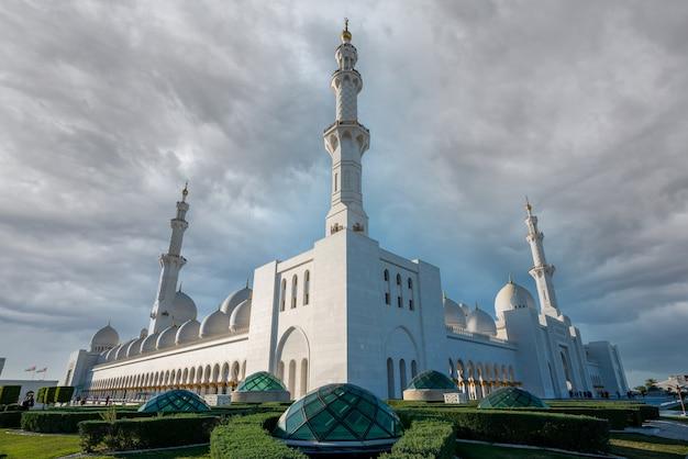 Symmetrische weergave van witte moskee Premium Foto