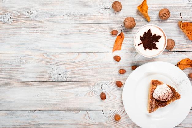 Taartschijf en koffie met exemplaarruimte Gratis Foto