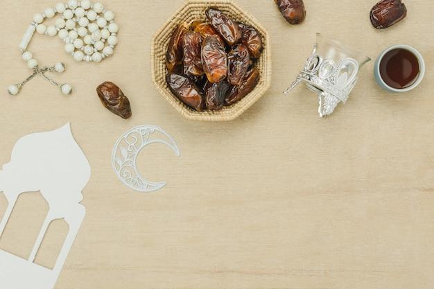 Tabel bovenaanzicht luchtfoto van decoratie ramadan kareem vakantie achtergrond. Premium Foto