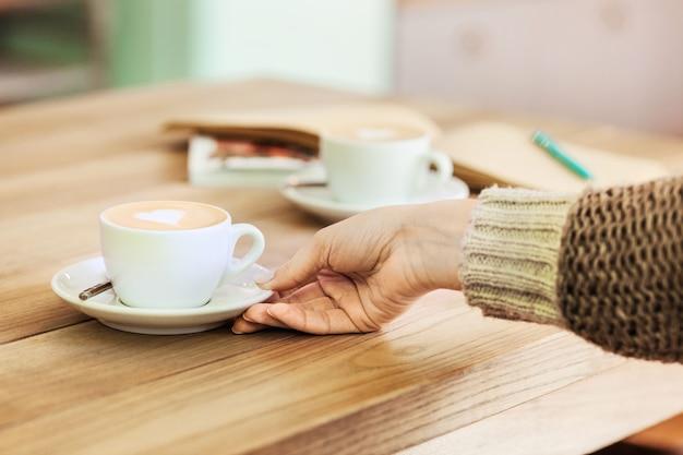 Tabel instelling voor koffie op het aanrecht in een koffiehuis Gratis Foto