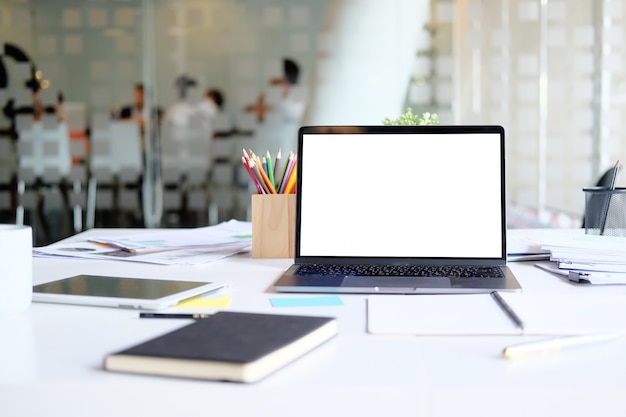 Tabel met laptop mock up workplace marketing boekhoudkundige business desk. Premium Foto