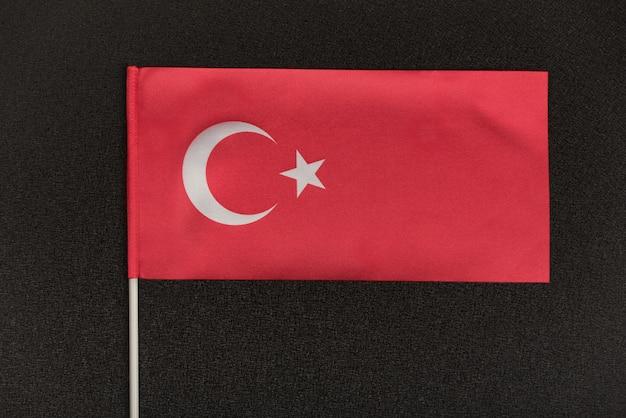Tabel turkse vlag op een zwarte achtergrond. symbool Premium Foto