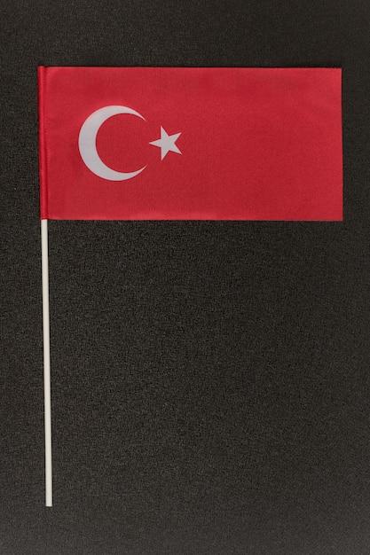 Tabel turkse vlag op een zwarte achtergrond. Premium Foto