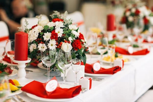 Tabel voor bruiloft of een ander verzorgd evenementendiner. Premium Foto