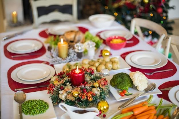 Tabel voor kerstdiner Premium Foto