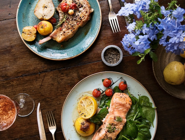 Tabel voor twee receptideeën voor voedselfotografie Gratis Foto