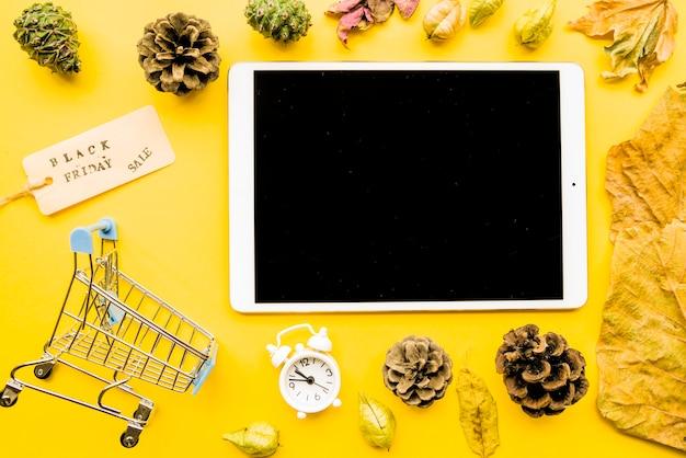 Tablet met black friday-verkoopinschrijving op lijst Gratis Foto