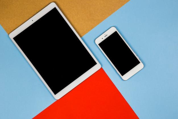 Tablet met smartphone op heldere tafel Gratis Foto
