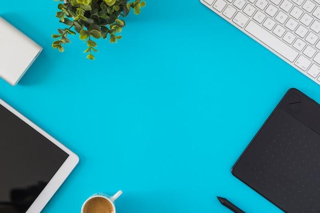 Tablet met toetsenbord op blauwe tafel Premium Foto