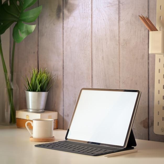 Tabletmodel in werkruimte Premium Foto