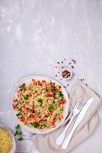 Tabouleh salade met couscous. terugvallen op de zomer Premium Foto