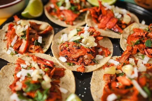Taco's al predikant, mexicaanse taco, straatvoedsel in de stad van mexico Premium Foto