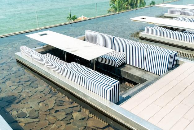 Tafel en stoel in restaurant met uitzicht op zee Premium Foto