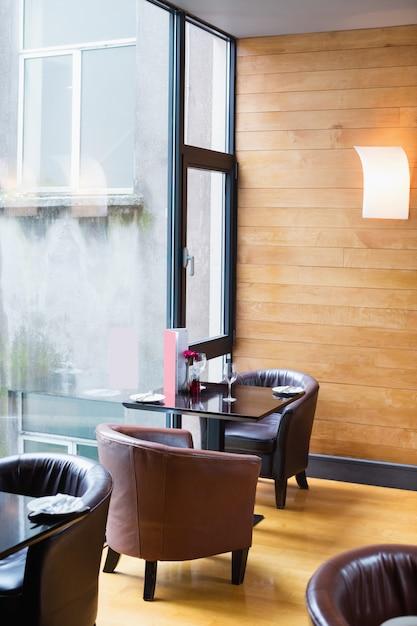 Tafel en stoelen in de bar Gratis Foto