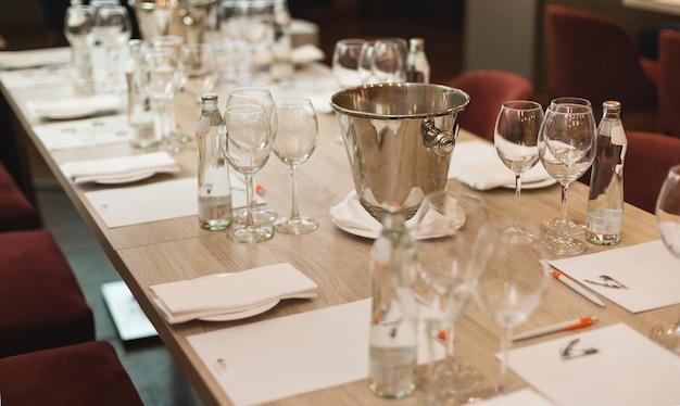 Tafel in het restaurant, geserveerd voor een wijnproeverij. Premium Foto