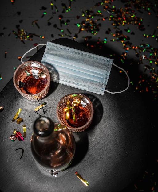 Tafel met alcohol en gezichtsmasker Gratis Foto