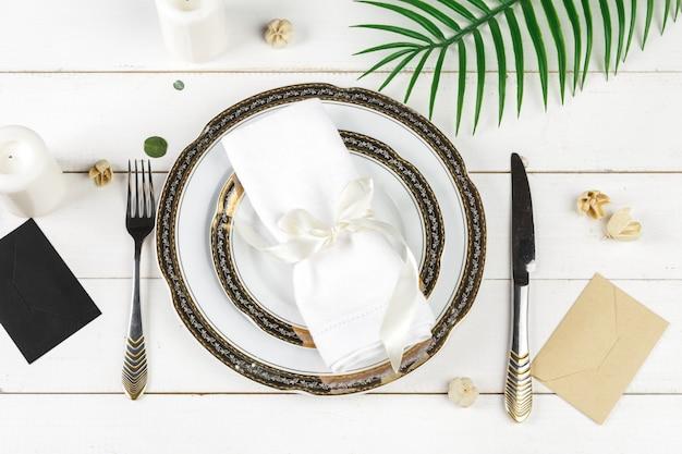 Tafel met borden en bestek, van boven gezien Premium Foto