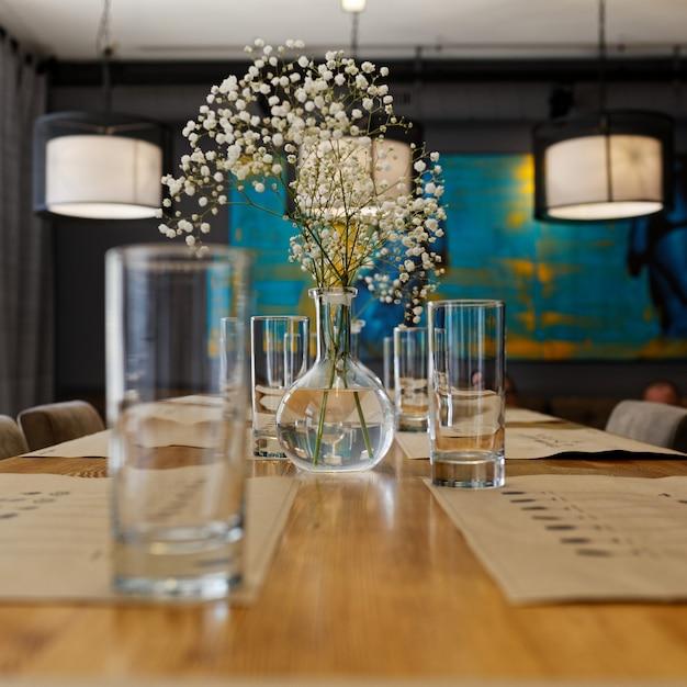 Tafel met een vaas en een bloem Premium Foto
