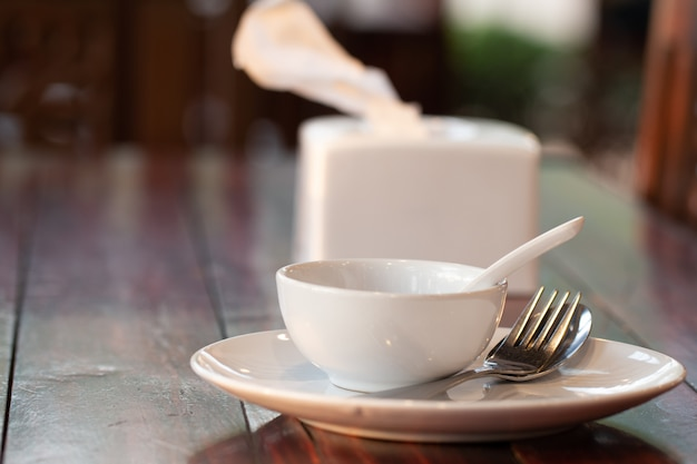 Tafel op houten eettafel. Premium Foto