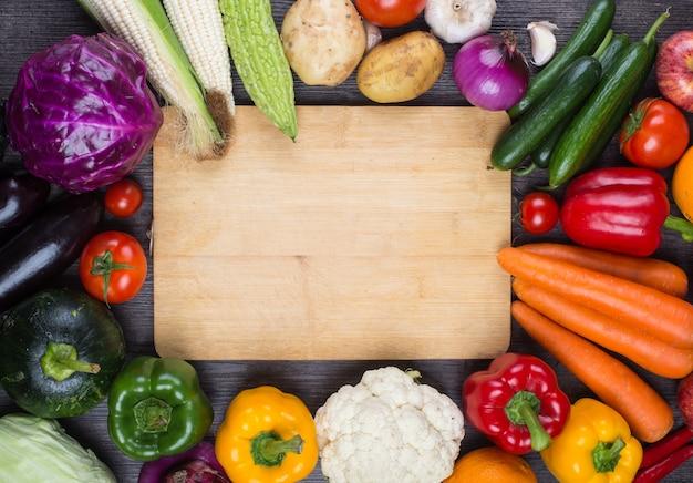Tafel vol met groenten Gratis Foto