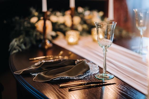 Tafeldecoratie bruiloft op de tafel in het kasteel, bestek op tafel. Premium Foto