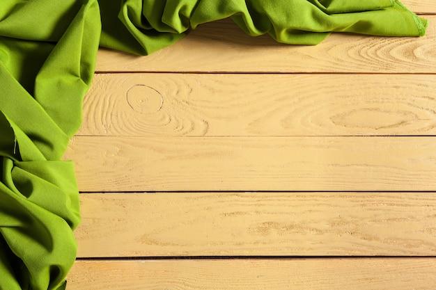 Tafelkleed en groene textiel op houten achtergrond Premium Foto