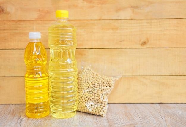 Tafeloliefles op houten achtergrond / plantaardige olie sojaolie Premium Foto