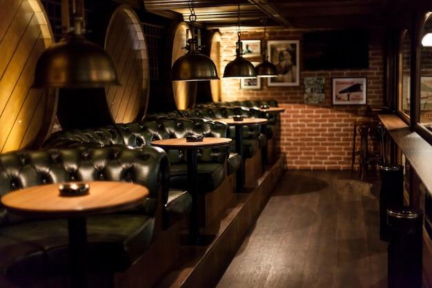 Tafels in leuk restaurant Premium Foto